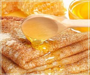 Румяные блинчики с ароматным медом фото