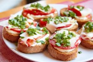 Ароматные гренки с овощами и сыром фото